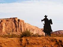 Silueta del vaquero en caballo en valle del monumento Fotografía de archivo libre de regalías