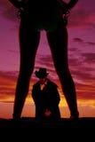 Silueta del vaquero entre las piernas de la mujer en bikini Imagen de archivo libre de regalías