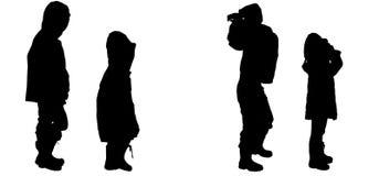 Silueta del vector de niños en impermeables Foto de archivo
