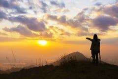 Silueta del viajero en el fondo de la puesta del sol Foto de archivo