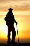 Silueta del viejo hombre del amanecer de la salida del sol Imagen de archivo libre de regalías