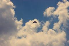 silueta del vintage del skydiver en el cielo azul Foto de archivo libre de regalías
