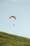 Silueta del vuelo del paraglide en el cielo con las nubes en una luz de la salida del sol Valle cárpato ucraniano Fotografía de archivo