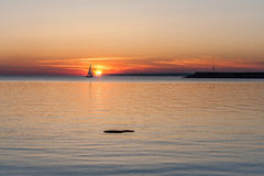Silueta del yate en la puesta del sol Fotografía de archivo libre de regalías