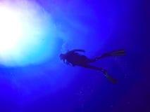 Silueta del zambullidor de equipo de submarinismo Imagenes de archivo