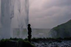 Silueta detrás de Seljalandsfoss Fotos de archivo