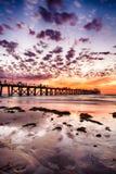 Silueta din?mica del embarcadero durante puesta del sol en la playa del granero, sur de Australia foto de archivo