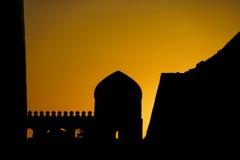 Silueta dramática de las paredes de la ciudad de Khiva Imagen de archivo libre de regalías