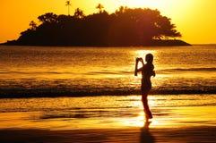 Silueta en la playa Foto de archivo libre de regalías