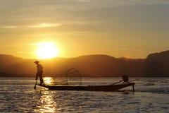 Silueta en la puesta del sol en el lago Inle, Myanmar del pescador Fotografía de archivo libre de regalías