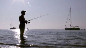 Silueta en los humedales de Ria Formosa, Algarve, Portugal del pescador Imagen de archivo libre de regalías