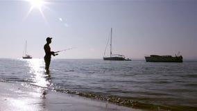 Silueta en los humedales de Ria Formosa, Algarve, Portugal del pescador Foto de archivo libre de regalías