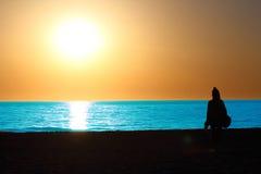 Silueta en una playa del LA en la puesta del sol Fotografía de archivo