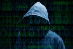 Silueta encapuchada de un pirata informático Fotos de archivo libres de regalías