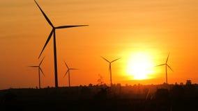 Silueta escénica de la turbina de viento para el eco y la energía limpia eléctricos de la generación en la atmósfera de la puesta almacen de video