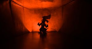 Silueta espeluznante en el edificio abandonado oscuridad Horror sobre concepto maniaco o pasillo oscuro con las puertas de gabine fotos de archivo libres de regalías