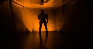 Silueta espeluznante en el edificio abandonado oscuridad Horror sobre concepto maniaco o pasillo oscuro con las puertas de gabine imagen de archivo