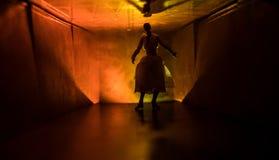 Silueta espeluznante en el edificio abandonado oscuridad Horror sobre concepto maniaco o pasillo oscuro con las puertas de gabine foto de archivo libre de regalías
