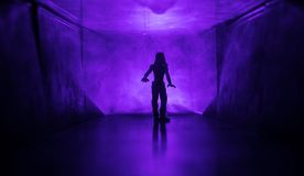 Silueta espeluznante en el edificio abandonado oscuridad Horror sobre concepto maniaco o pasillo oscuro con las puertas de gabine imagenes de archivo