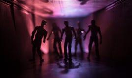 Silueta espeluznante en el edificio abandonado oscuridad Horror sobre concepto maniaco o pasillo oscuro con las puertas de gabine imagen de archivo libre de regalías