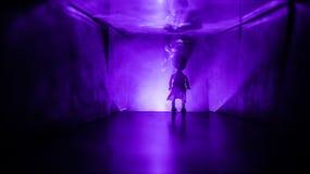 Silueta espeluznante en el edificio abandonado oscuridad Horror sobre concepto maniaco o pasillo oscuro con las puertas de gabine fotografía de archivo libre de regalías