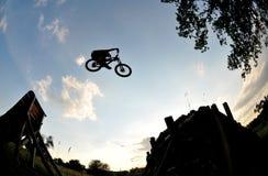 Silueta extrema del salto de la bici Imágenes de archivo libres de regalías