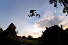 Silueta extrema del salto de la bici Imagenes de archivo