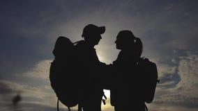 Silueta feliz de los turistas de la familia en besarse del abrazo de la puesta del sol Concepto del viaje del trabajo en equipo d almacen de metraje de vídeo