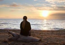 Silueta femenina en la costa Fotografía de archivo libre de regalías