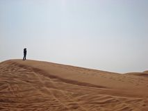 Silueta femenina en la duna de arena fotografía de archivo