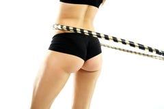 Silueta femenina, estómago plano y cintura delgada, salto de Hula de la rueda de entrenamiento Foto de archivo
