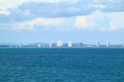 Silueta hermosa de la ciudad del mar Imagen de archivo