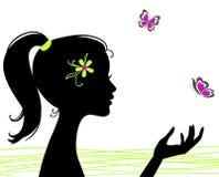 Silueta hermosa de la muchacha con la mariposa Foto de archivo
