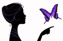Silueta hermosa de la muchacha con la mariposa Fotos de archivo