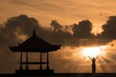 Silueta hermosa de la playa de Bali en la puesta del sol Imágenes de archivo libres de regalías