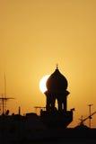 Silueta hermosa de un alminar de la mezquita durante puesta del sol Imágenes de archivo libres de regalías