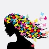 Silueta hermosa del perfil de la mujer con las flores y las mariposas Fotografía de archivo