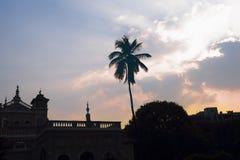 Silueta histórica del palacio de Aga Khan durante puesta del sol Fotografía de archivo libre de regalías
