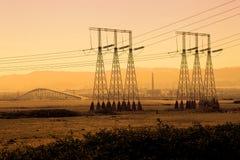 Silueta industrial de las líneas eléctricas imagenes de archivo