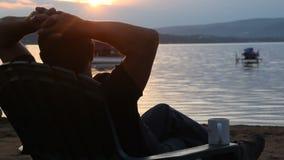 silueta jubilada del hombre en la puesta del sol almacen de metraje de vídeo