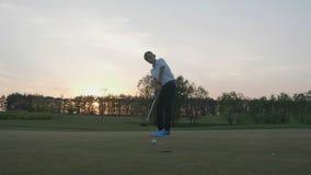 Silueta Junior Golfing Into Sunset almacen de metraje de vídeo