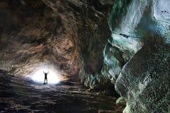 Silueta ligera de levantamiento del éxito del túnel del extremo de los brazos del hombre Foto de archivo libre de regalías