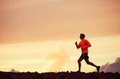 Silueta masculina del corredor, corriendo en puesta del sol Fotografía de archivo