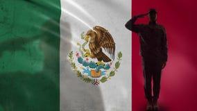 Silueta mexicana del soldado que saluda contra la bandera nacional, territorio de la protección almacen de metraje de vídeo