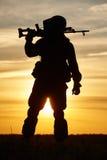 Silueta militar del soldado con la ametralladora Imagen de archivo