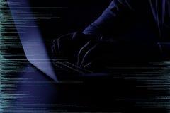 Silueta oscura del ordenador que corta criminal cibernético detrás de símbolos digitales, primer stock de ilustración