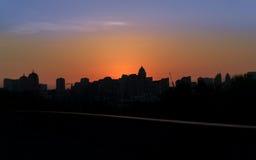 Silueta panorámica de una ciudad grande en la puesta del sol kiev Foto de archivo libre de regalías