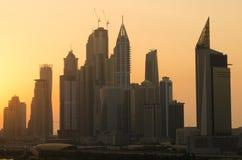 Silueta polvorienta del paisaje urbano de la puesta del sol del puerto deportivo de Dubai Fotografía de archivo