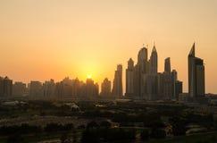 Silueta polvorienta del paisaje urbano de la puesta del sol del puerto deportivo de Dubai Fotografía de archivo libre de regalías