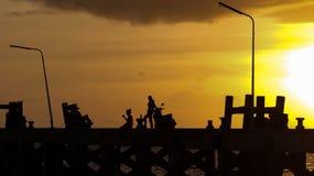 Silueta por el mar Fotos de archivo libres de regalías